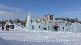 ПЕРМЬ, Россия, 06,2016 -го ФЕВРАЛЬ: Люди в маленьком городе ` s Нового Года льда видеоматериал