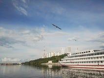 Пермь, Россия - июнь 2017 Проект путешествует в России Река Kama, Ural, корабль Maksim Gorky на доке Стоковые Изображения RF