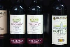 ПЕРМЬ, РОССИЯ - 18-ОЕ АВГУСТА 2014: Крымское вино Massandra в русском s Стоковые Изображения