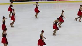 ПЕРМЬ, РОССИЯ - 28-ОЕ ДЕКАБРЯ 2016: Женская команда выполняет на чашке Open зоны перми в синхронизированный кататься на коньках в сток-видео