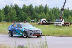 ПЕРМЬ, РОССИЯ - 22-ОЕ ИЮЛЯ 2017: Перемещаясь движение автомобиля на следе Стоковые Изображения RF