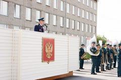 ПЕРМЬ, РОССИЯ, 4-ОЕ ИЮЛЯ 2015: Militarian пожилые люди человек на трибуне действуют Стоковые Изображения