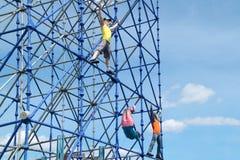 ПЕРМЬ, РОССИЯ - 13-ОЕ ИЮНЯ 2013: Диаграммы взбираясь на рамке Стоковые Изображения