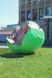 ПЕРМЬ, РОССИЯ - 11-ОЕ ИЮНЯ 2013: Скульптура Яблока Стоковое Фото