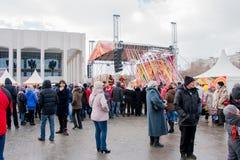 ПЕРМЬ, РОССИЯ - 13-ое марта 2016: Много люди в квадрате Стоковые Фотографии RF