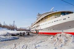 Пермь, Россия - 11-ое марта 2017: Отремонтируйте работу мотора 3-палубы стоковое фото