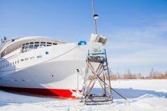 Пермь, Россия - 11-ое марта 2017: Отремонтируйте работу мотора 3-палубы стоковые изображения rf