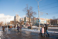 ПЕРМЬ, РОССИЯ - 13-ое марта 2016: Прогулка людей вдоль бульвара Стоковые Фотографии RF