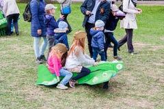 Пермь, Россия - 9-ое мая 2016: Девушки сидят самолетом игрушки Стоковая Фотография