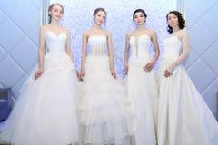 ПЕРМЬ, РОССИЯ - 12-ОЕ ФЕВРАЛЯ 2017: Красивое представление невест моделей на среду Стоковые Изображения RF