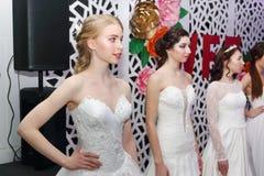 ПЕРМЬ, РОССИЯ - 12-ОЕ ФЕВРАЛЯ 2017: Милая модельная стойка невесты Стоковая Фотография RF