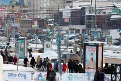 ПЕРМЬ, РОССИЯ - 18-ОЕ ЯНВАРЯ 2017: Автомобили, люди двигают вниз улицу Popov Стоковое Изображение