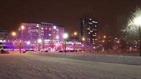 ПЕРМЬ, РОССИЯ - 10-ОЕ ЯНВАРЯ 2017: Улица Ленина во время вьюги, зданий с освещением на вечере зимы сток-видео