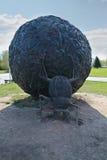 ПЕРМЬ, РОССИЯ - 23-ЬЕ МАЯ 2013: Жук скарабея и большой шарик стоковая фотография