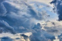 Пернатые, объемные облака шторма серо стоковое фото