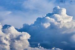 Пернатые, объемные облака шторма серо стоковое фото rf