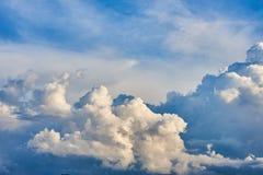 Пернатые, объемные облака шторма серо стоковые фотографии rf