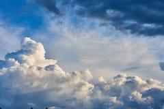 Пернатые, объемные облака шторма серо стоковое изображение