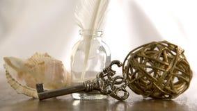 Перо, ключ, раковина моря Стоковая Фотография