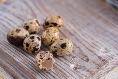 Перо пасхи flatlay желтое перо с пасхальными яйцами на деревянной предпосылке стоковые фотографии rf