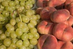 персики виноградин Стоковая Фотография