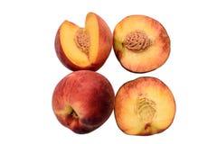 Персики все и отрезанные половины при косточка изолированная на белой предпосылке Стоковое Изображение RF