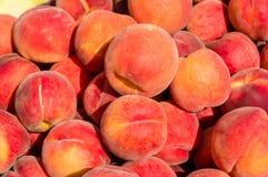 Персики в навальном дисплее на рынке Стоковое Изображение RF