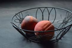 Персики в черной корзине провода Стоковое Фото