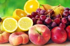 Персики, груши, виноградины и отрезанные плодоовощи Стоковая Фотография RF