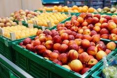 Персики и абрикосы в супермаркете Стоковое Изображение