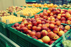 Персики и абрикосы в тонизированном супермаркете, Стоковое Изображение RF