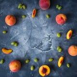 Персики и виноградины на темной предпосылке Концепция рамки плодоовощ Плоское положение, взгляд сверху Стоковое Фото