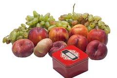 Персики и виноградины и коробка Стоковое Изображение RF