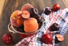 Персики и сливы Стоковые Фотографии RF