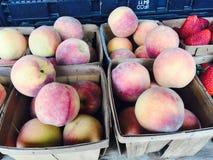 Персики корзины Стоковая Фотография