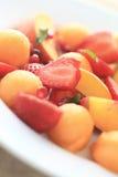 Персики, клубники, канталупа на белой плите Стоковое Фото