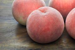 Персики на деревянной доске Стоковая Фотография RF