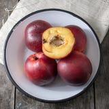 Персики над деревянной предпосылкой Стоковая Фотография RF