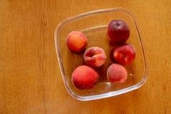 Персики на деревянной таблице Стоковое Фото