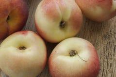 Персики на доске Стоковое Изображение