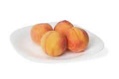 Персики на плите Стоковые Фотографии RF