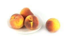 Персики на плите и не изолированные на конце белизны вверх Стоковое Изображение RF