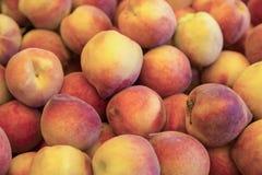 Персики на счетчике в магазине стоковое фото