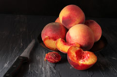 Персики на черноте Стоковые Фото
