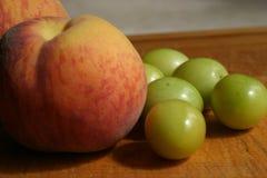 Персики & сливы Стоковая Фотография