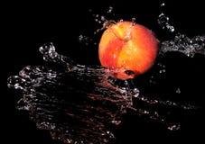 Персик в брызге воды стоковое изображение rf