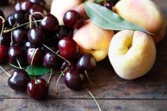 Персик и вишни Стоковые Изображения