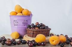 Персик и черные вишни Стоковая Фотография RF