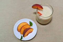 Персик и smoothie Стоковая Фотография RF