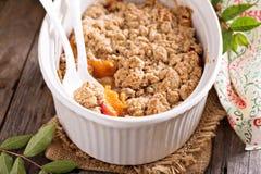 Персик крошит в блюде выпечки Стоковая Фотография RF
